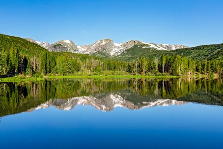 Mountain reflection on Sprague Lake in Rocky Mountain National Park. Foto de archivo