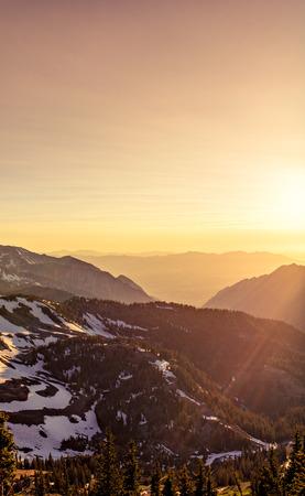 Sommer Sonnenuntergang in den Bergen bei Snowbird Ski und Sommer Resort, Little Cottonwood Canyon, Utah.