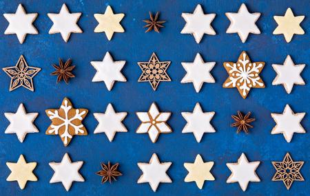 Verschiedenes Stern-Plätzchen-Weihnachtsmuster auf einem blauen Hintergrund. Standard-Bild