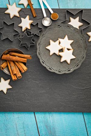 Traditionelle deutsche Stern-Plätzchen über einem dunkelgrauen Hintergrund. Weihnachten oder Jom Kippur. Standard-Bild