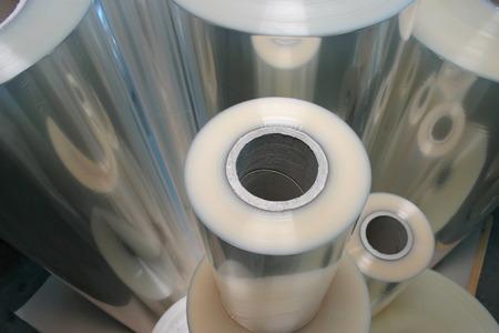 Ein Schuss verschieden große Plastikfolienrollen Standard-Bild