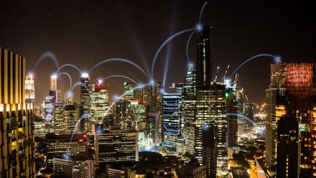 Connected city-concept: een draadloos zakelijk netwerk dat kantoren verbindt in de zakelijke wolkenkrabbers van Singapore