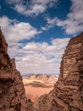 Many people visit Wadi Rum, the most beautiful desert of Jordan, if not the whole middle east, tour, but there are some beautiful hikes to do as well. Banque d'images