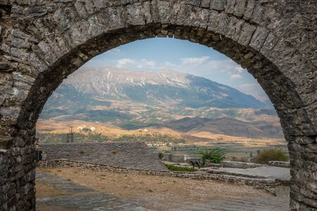 Gjiroskaster, Albania is a   that features fortress ruins from the Ottoman empire. Beautiful Albanian mountains surround the old town. 版權商用圖片