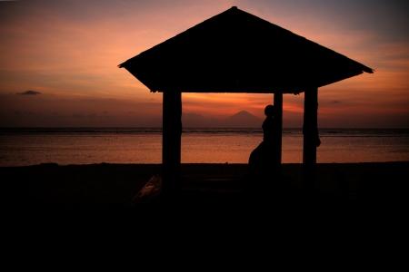 Sonnenuntergang im Hotel Resort und Gunung Agung in einem Abstand Standard-Bild - 18084927