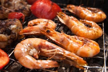 Köstliche Garnelen Spieß auf dem Grill mit Flammen im Hintergrund Standard-Bild - 23445014