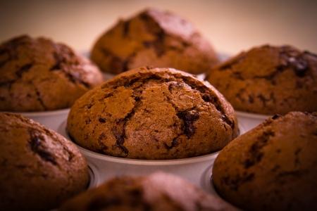 Frisch gebackene Schoko-Muffins Nahaufnahme schießen Standard-Bild - 23435559