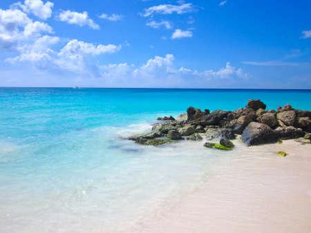 de stenen ion het zand kust