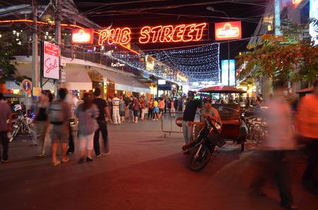 rikscha: Cambodian Rikscha wartet auf Touristen in seinem Tuk-Tuk, Februar 2014, Siem Rip, Kambodscha