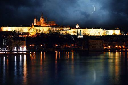 Nacht uitzicht op rivier de Moldau whit Praagse Burcht