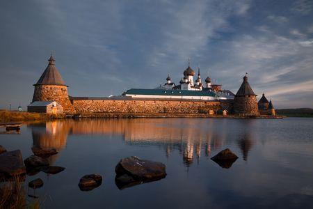 Weer geven op Klooster Solovetsky met de Heilige Lake op zons opgang Stockfoto
