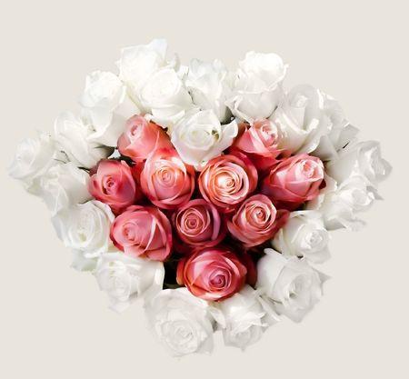 白とピンクのバラのハート花束