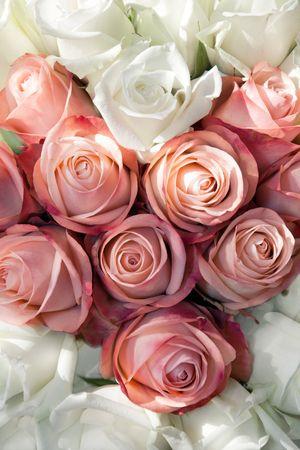 흰색과 분홍색 장미와 심장 꽃다발