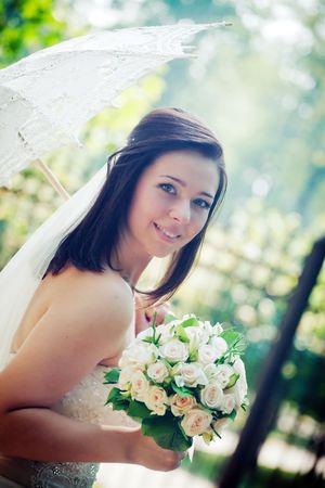Portret van de bruid met paraplu