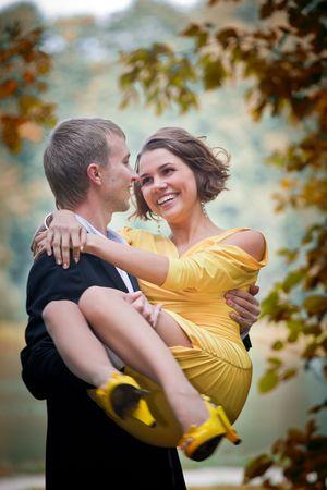 Jong paar op datum in een herfst park