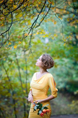 若いカップルの日に秋の公園で