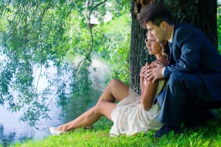 柳の下での新婚夫婦の肖像画 写真素材