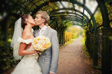 Portrait of newlyweds in autumn park in moscow estate Standard-Bild