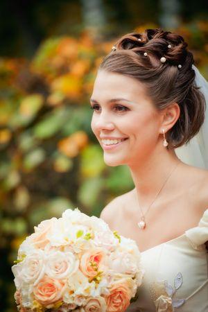 Portret van de pas getrouwden in herfst park  Stockfoto