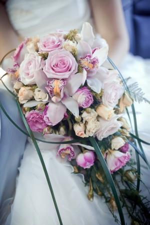 orchidee: Mani della sposa con bouquet di nozze Archivio Fotografico