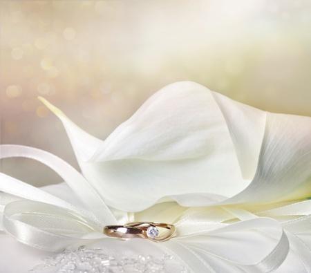 Wedding achtergrond met calla lelies en gouden ringen