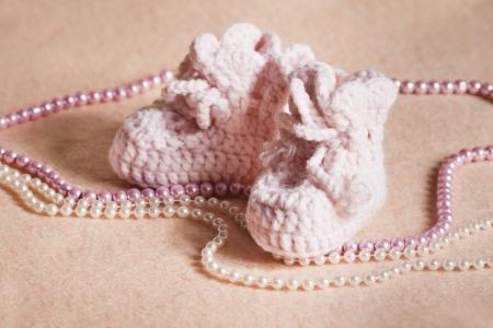 복숭아 배경에 핑크 아기 신발
