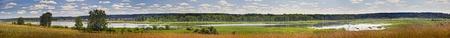 Paysage d'été panoramique avec la rivière Banque d'images