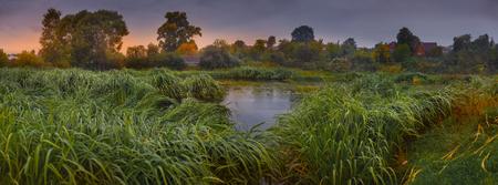 Panoramisch landschap met rivier in de vroege herfst Stockfoto