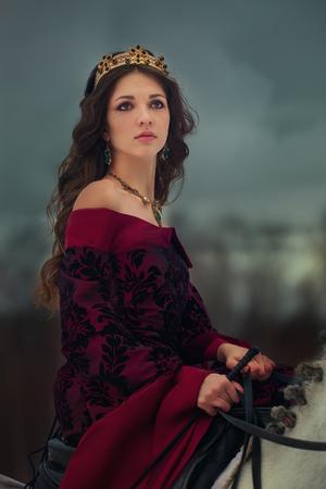 황혼 겨울 숲에서 흰 말에 중세 여왕 스톡 콘텐츠