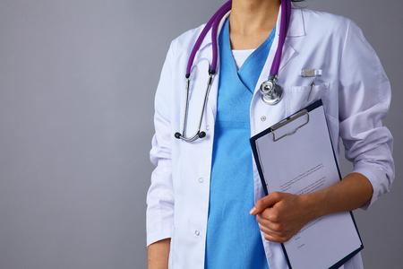 フォルダーを保持している聴診器で白衣の女医 写真素材