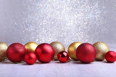 Kerstmis rode en gouden ballen die op zilveren achtergrond worden geïsoleerd Stockfoto