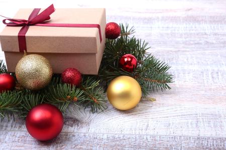 Christmas fir tree with gift box on wooden board 版權商用圖片