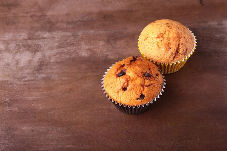 Tasty chocolate cupcakes, muffins on a white wooden table 版權商用圖片