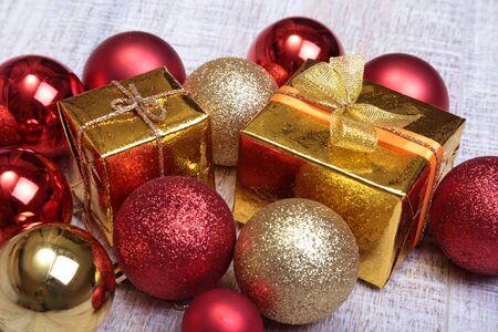 Christmas gift box with christmas red balls 版權商用圖片