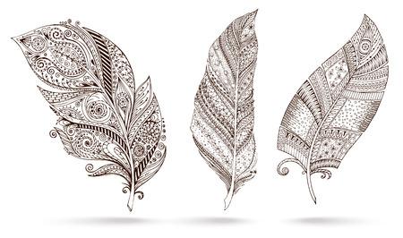Artistiek getrokken, gestileerd, vector set van drie veren op een witte achtergrond. Vintage tribale veer. Illustratie is gemaakt op basis van een persoonlijke schets door trace. Serie van doodle veren.