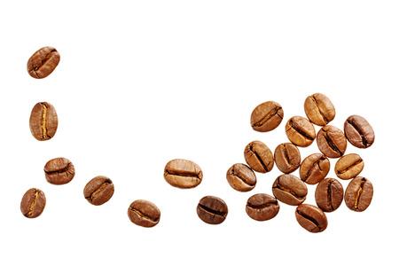 granos de cafe: granos de caf� aisladas sobre fondo blanco
