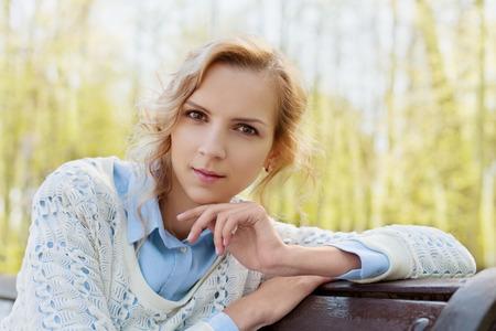 f�minit�: closeup portrait de la belle femme ou une fille en plein air heureux blondes, journ�e ensoleill�e, l'harmonie, la sant�, la f�minit�, la peau claire, les gens notion