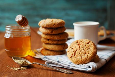 galletas de jengibre: Honey ginger cookies on a rustic background, selective focus