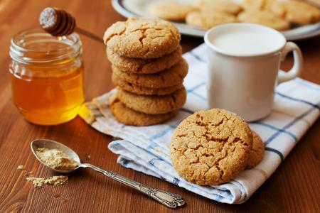 galletas de jengibre: Miel galletas de jengibre sobre un fondo r�stico, enfoque selectivo Foto de archivo
