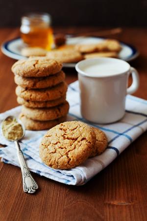 galletas de jengibre: Miel galletas de jengibre sobre un fondo rústico, enfoque selectivo Foto de archivo