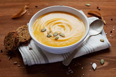 Pompoen soep in witte kom, plantaardig dieet soep