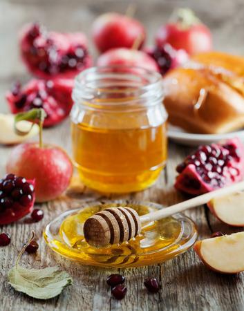 jar: Miel, manzana, granada y hala, mesa con comida tradicional de Año Nuevo judío de vacaciones, Rosh Hashaná