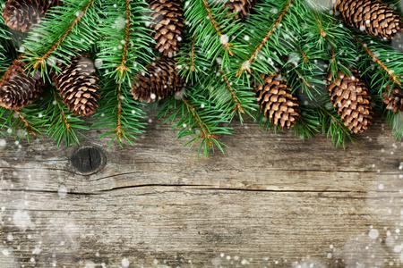 Décoration de Noël de sapin et de conifères cône sur fond texturé bois, effet de neige magique, vue de dessus