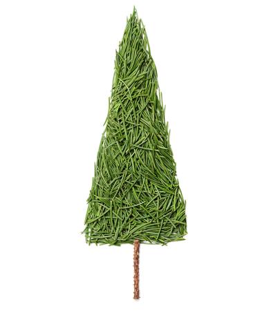 abeto: Silueta de árbol de abeto de navidad hecho de agujas de pino sobre un fondo blanco, vista desde arriba