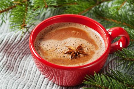 chocolate caliente: Copa de chocolate caliente o chocolate caliente en el fondo de punto con abeto, bebida tradicional para el invierno Foto de archivo