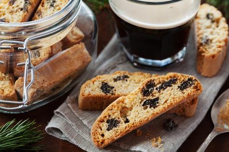 filiżanka kawy: Kawa z biszkoptami lub Cantucci na drewnianym stole rocznika, tradycyjne włoskie ciastka lub ciasteczka