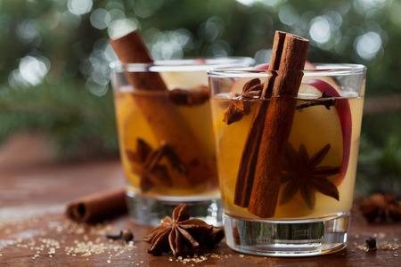 apfel: Weihnachten Gl�hwein Apfelwein mit Gew�rzen Zimt, Nelken, Anis und Honig auf rustikalen Tisch, traditionelles Getr�nk auf Winterurlaub, magischer Abend Licht, selektiven Fokus