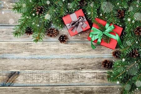 Fondo de Navidad con caja de regalo, rama de abeto y el cono de coníferas en la tarjeta rústica de madera, efecto de la nieve festivo, Marco de la Navidad, vista desde arriba, con copia espacio Foto de archivo - 48977847