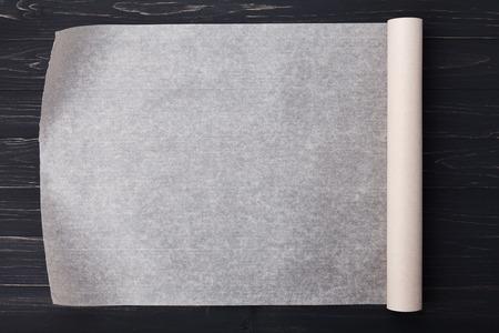 Backpapier auf hölzernen Küchentisch für Menüs oder Rezepte, Ansicht von oben Standard-Bild - 55849060