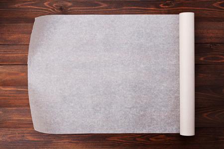 Bakpapier op houten keukentafel voor menu of recepten, bovenaanzicht